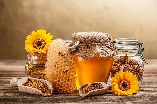 Quais os produtos que as abelhas Produzem - O que é o mel - O que é o pólen - o que é o própolis - o que é a geleia real - o que é que as abelhas comem - o que é que a rainha das abelhas come - por que é que ela é maior que as outras - de que cor são os grãos de pólen - o que é um antibiótico - alimentos naturais - super alimento - alimento exclusivo - alimento genuino e original - alimento sem inpurezas - puro - sem adesão de produtos exteriores - produtos alimentares feito pelas abelhas - alimentos da colmeia - favos de mel - qual a cor do mel - hexágonos - abelhas - A Apicultora - produtos apícolas - produtos reais - produtos de qualidade