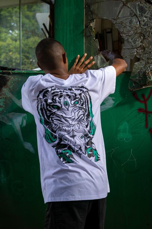 Camiseta Jungle Branca Help Me.jpg