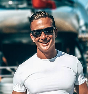 "<img src=""yacht.jpg"" alt=""life coaching client smiling on yacht in white shorts and top"">"