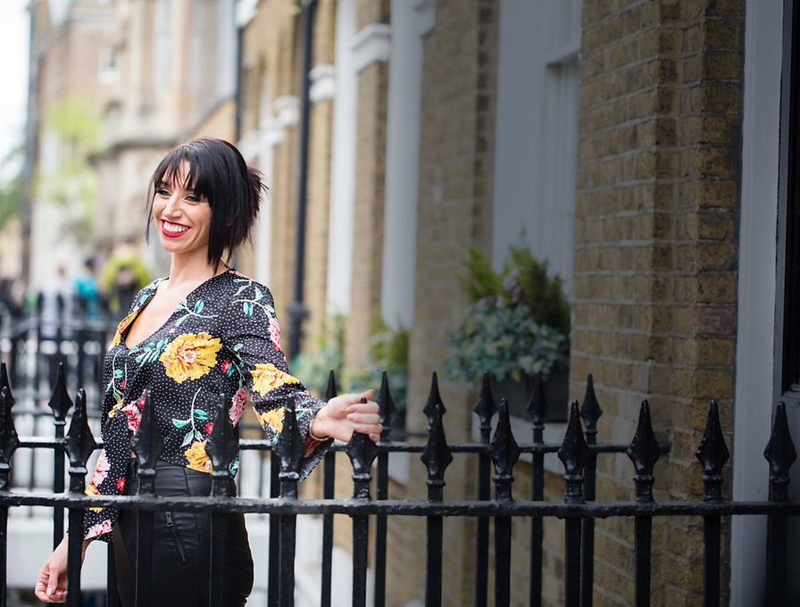 """<img src=""""london.jpg"""" alt=""""chelsea simpson life coach smiling and happy in london"""">"""