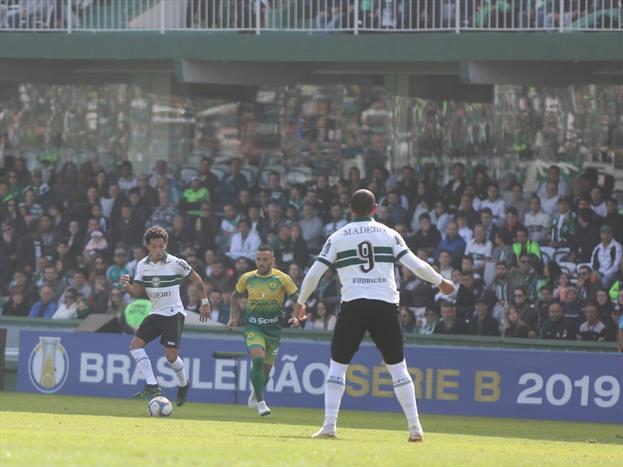 Coxa vence com dois gols de Rodrigão e casa cheia