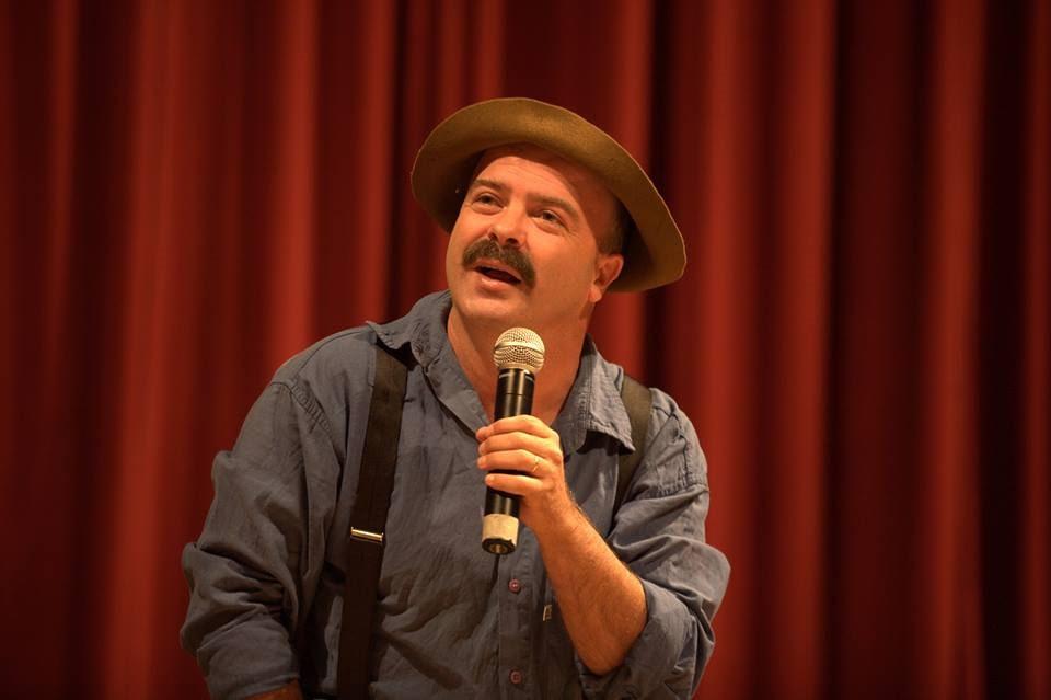 Humorista Paulinho Mixaria se apresenta no Teatro Positivo