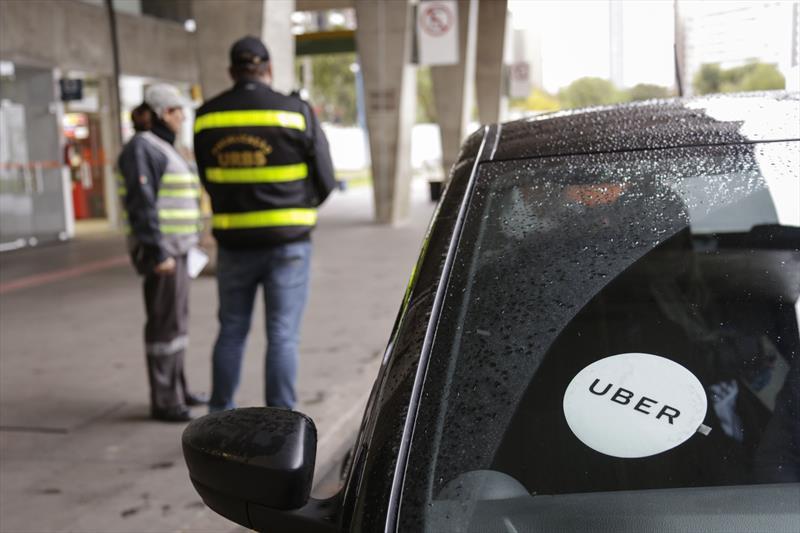 Taxistas pedem que URBS limite carros de aplicativos