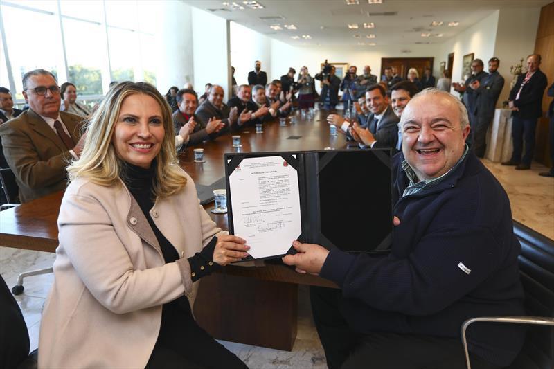 Coligação de Ratinho Jr entra com ação por uso da máquina pública por Cida e Greca