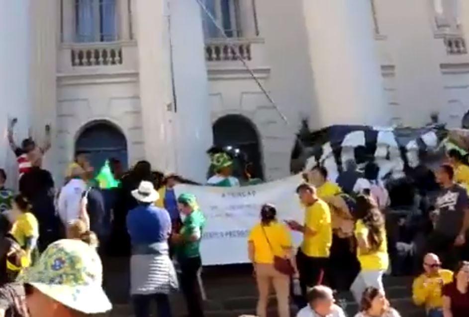 Manifestantes pró-Bolsonaro arrancam faixa em defesa da educação