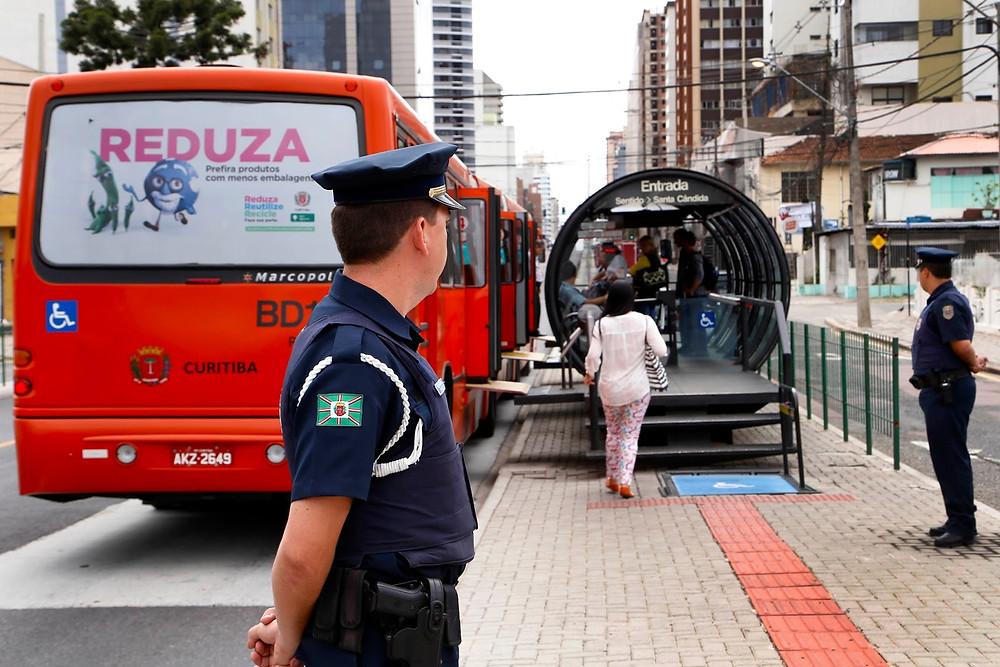 Guarda Municipal faz operações em linhas de ônibus de Curitiba