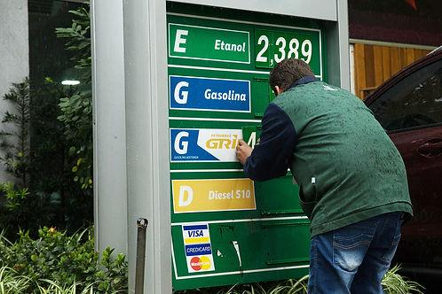 Resultado de imagem para Petrobras aumenta preço do diesel em 4,2% e da gasolina em 3,5%