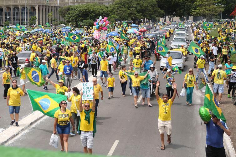 Apoiadores de Bolsonaro vão às ruas de diversas cidades