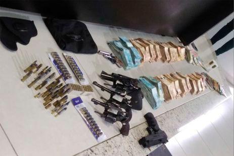 Policiais apreendem armas e R$ 400 mil em casa de João de Deus