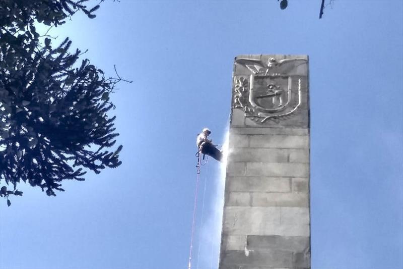 Alpinistas fazem limpeza do obelisco da Praça 19 de Dezembro