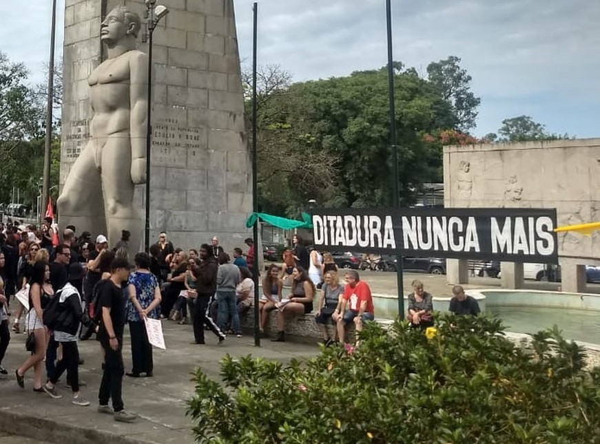 Grupo protesta em Curitiba contra o golpe de 64