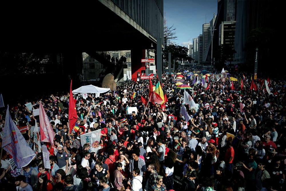 Mulheres fazem ato pelo país contra Bolsonaro