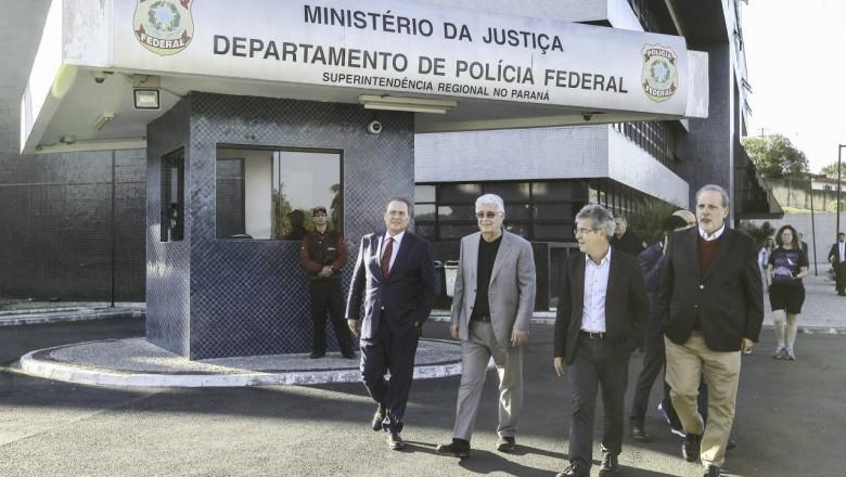 Comissão de senadores visita Lula em Curitiba
