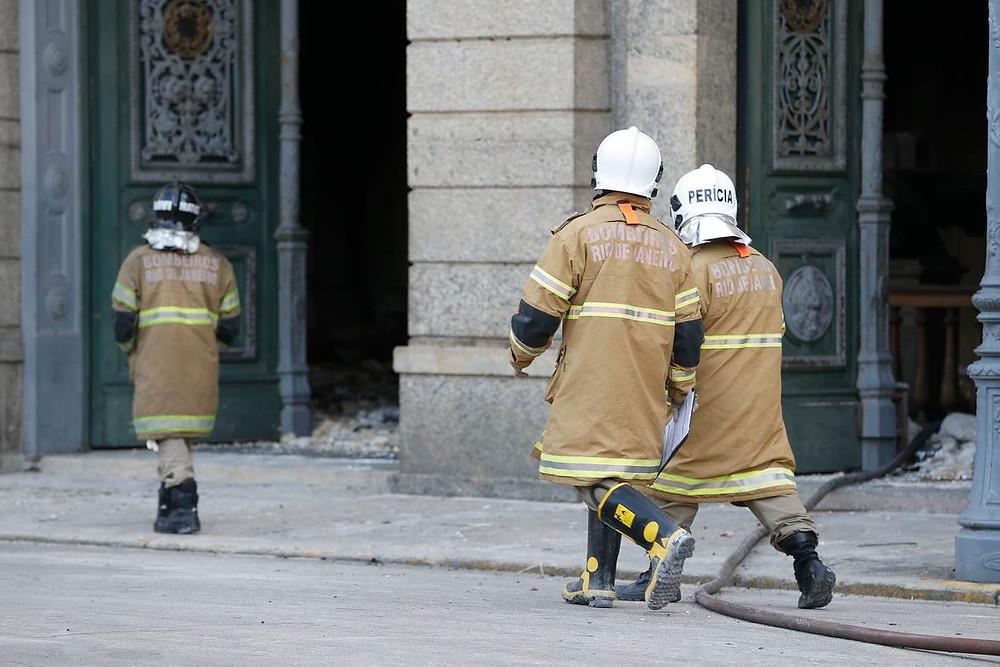 Bombeiros encontram crânio em escombros do Museu Nacional