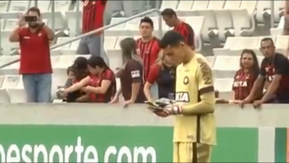 Goleiro do Atlético é punido por uso de celular em campo
