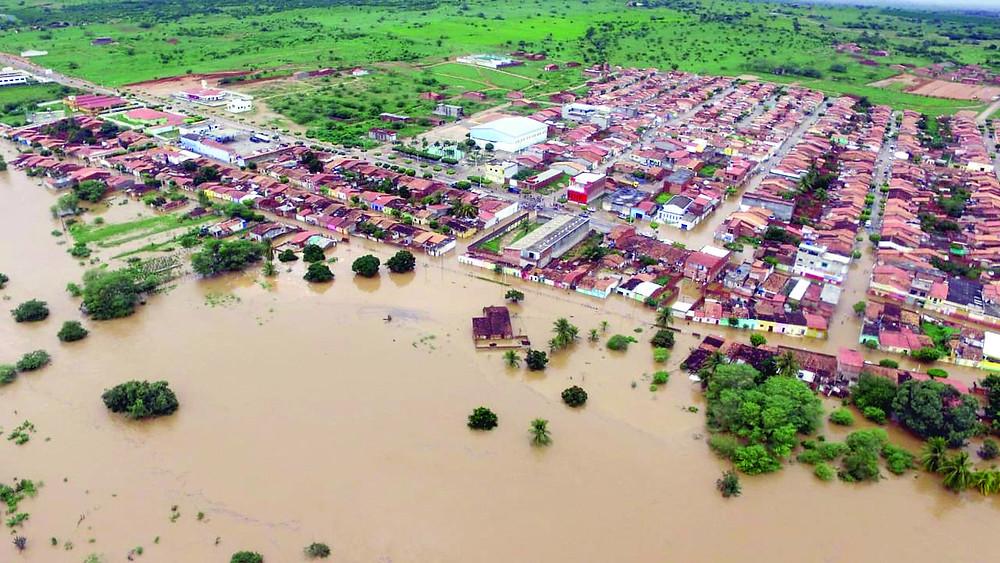 Barragem se rompe a alaga cidades na Bahia