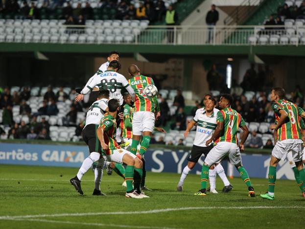 Coxa não sai do 0 x 0 com Sampaio Correa e afunda na crise