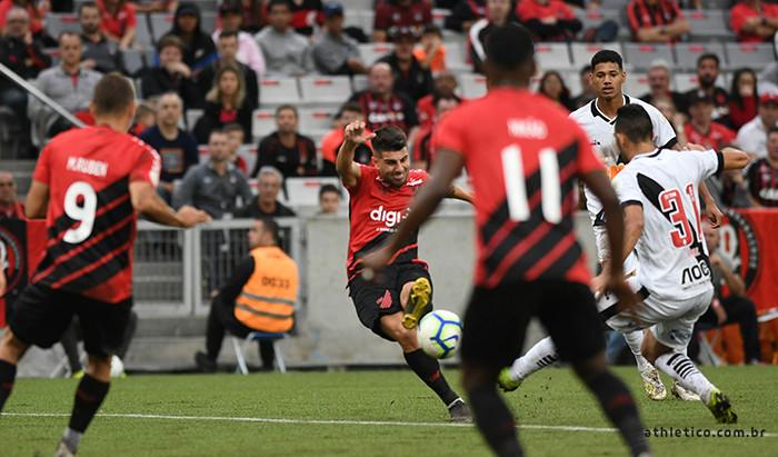Athletico goleia o Vasco na estreia