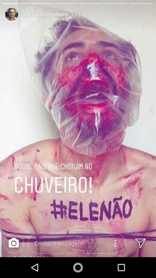 Filho de Bolsonaro compartilha imagem que simula tortura e causa polêmica
