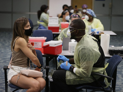 Agências de turismo oferecem viagem aos EUA para se vacinar