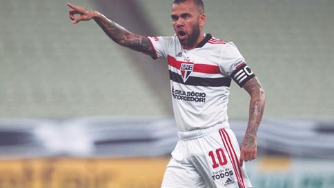 Athletico entra na briga por Daniel Alves