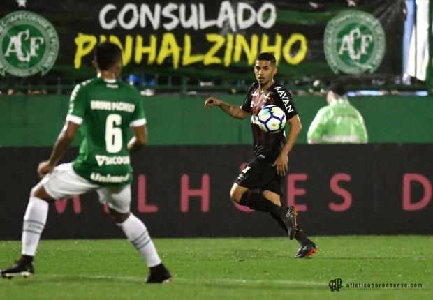 Atlético sofre virada da Chape e se complica