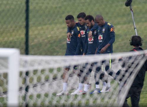 Tite confirma Neymar como titular no amistoso