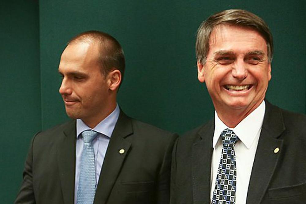 Bolsonaro diz que críticas a filho mostram que ele é pessoa adequada