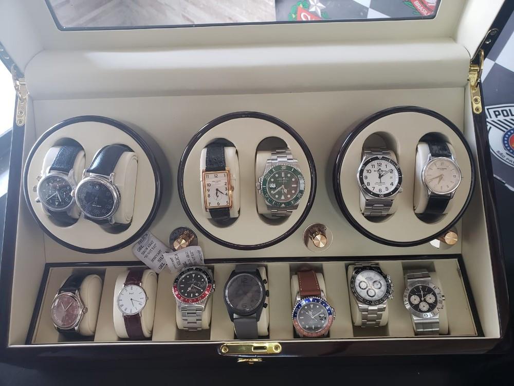 Polícia encontra caixas com relógios de luxo em calçada de SP