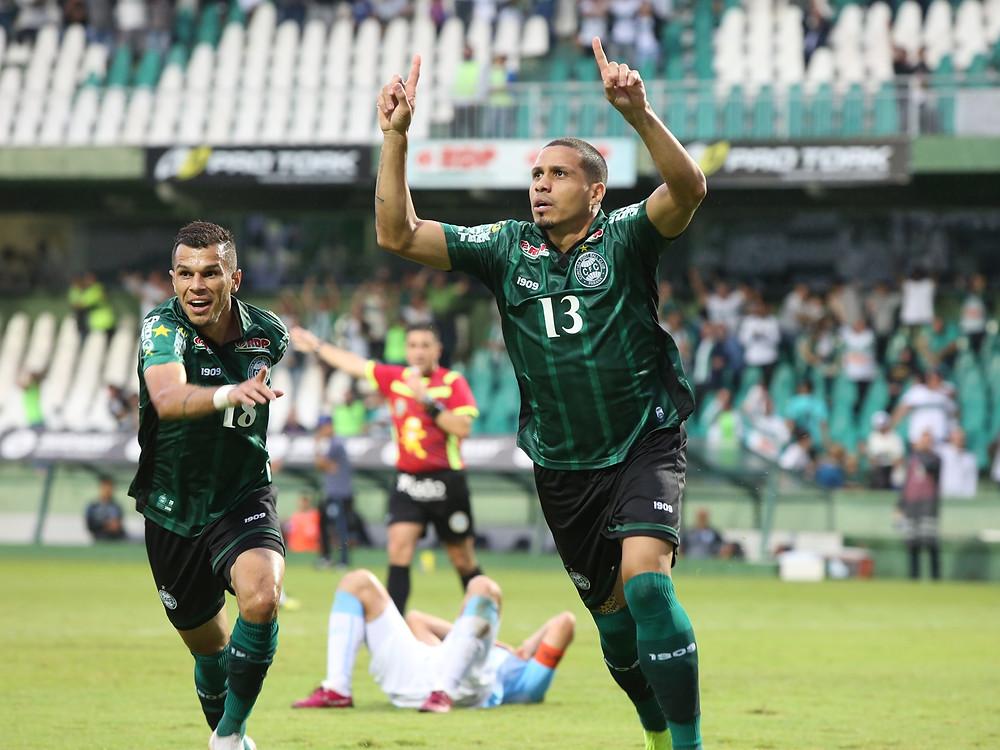 Coritiba vence de virada e decide turno com o Athletico