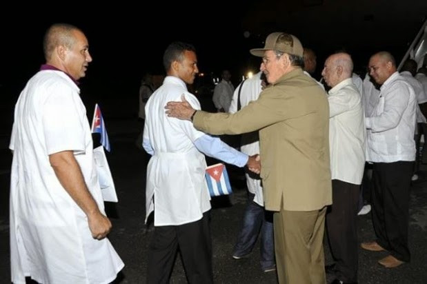Raúl Castro recebe 201 médicos cubanos que saíram do Brasil
