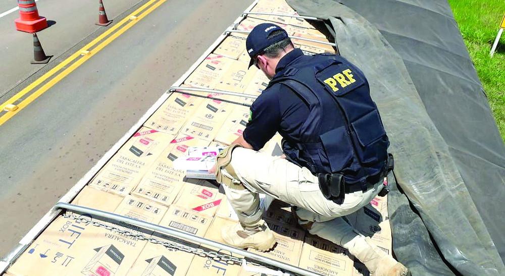 PRF recupera carreta roubada com R$ 2,2 milhões em cigarros