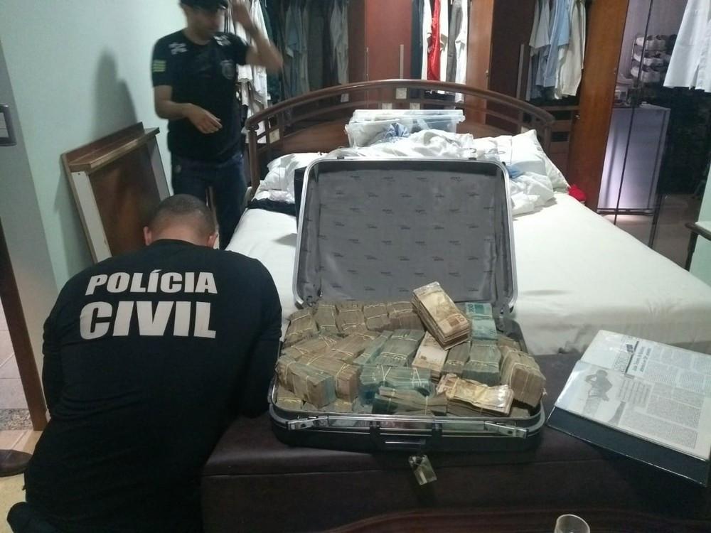 Polícia encontra mala com R$ 1,2 milhão em porão de João de Deus