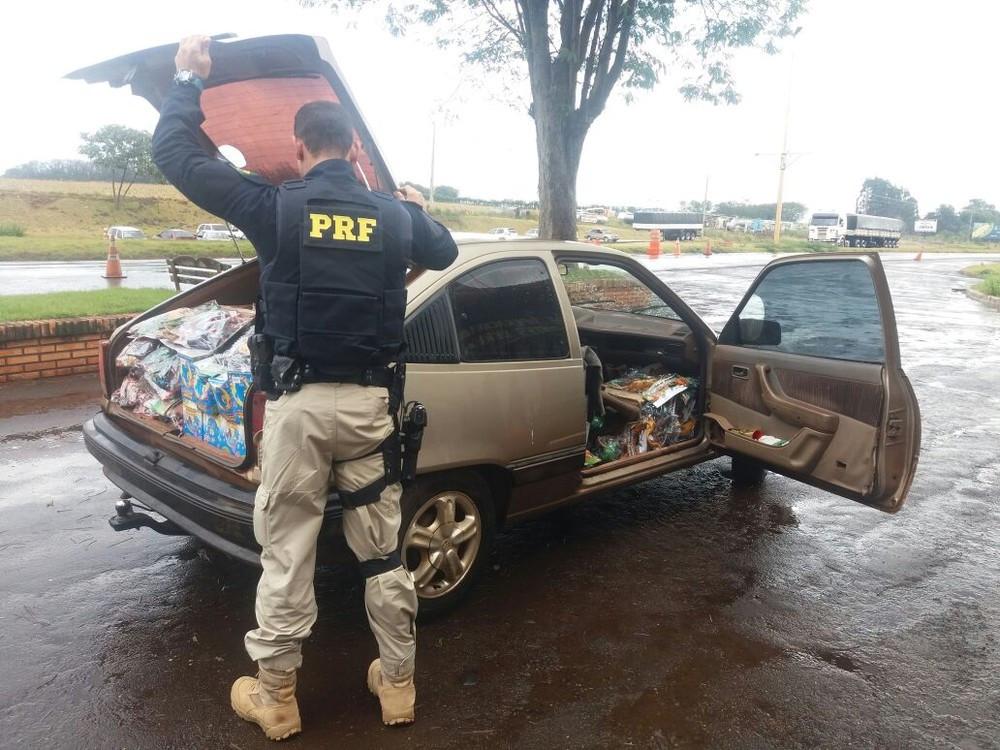PRF apreende carro lotado com brinquedos do Paraguai