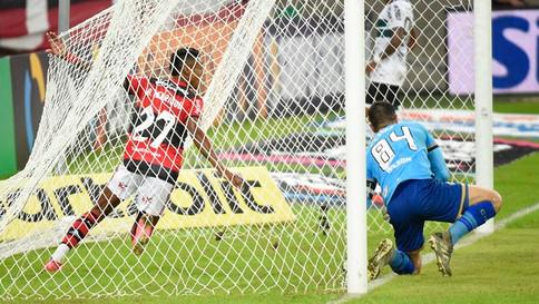 Flamengo vence de novo o Coritiba e se classifica