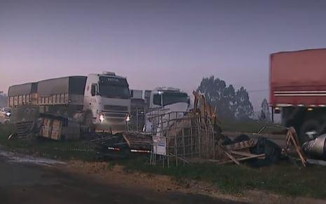 Engavetamento com oito caminhões mata uma pessoa