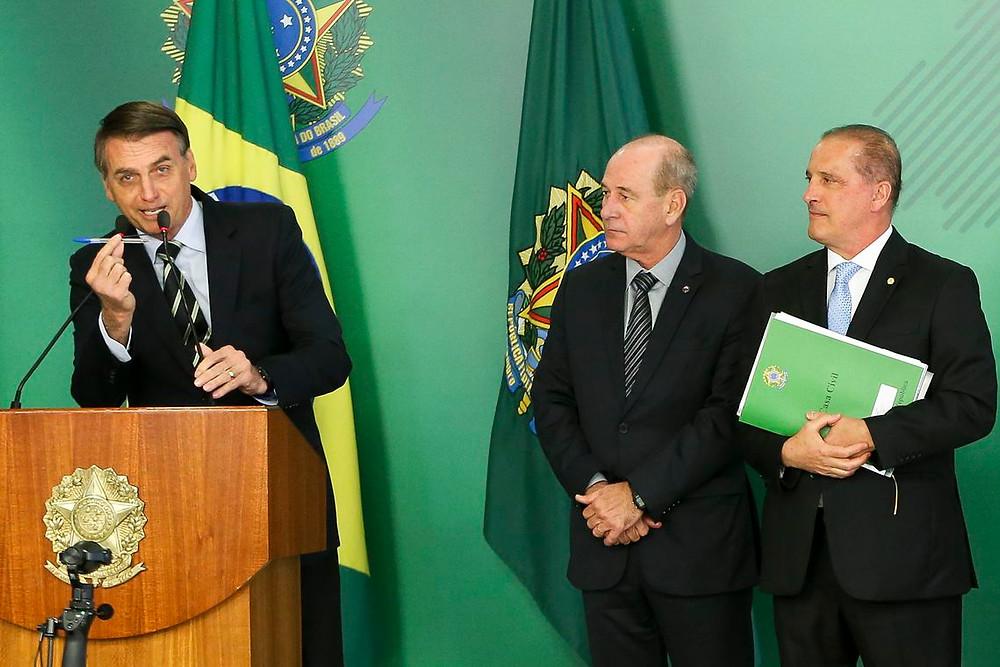 Bolsonaro assina decreto que facilita compra de armas