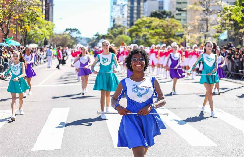 Desfile reúne 20 mil pessoas na Avenida Cândido de Abreu