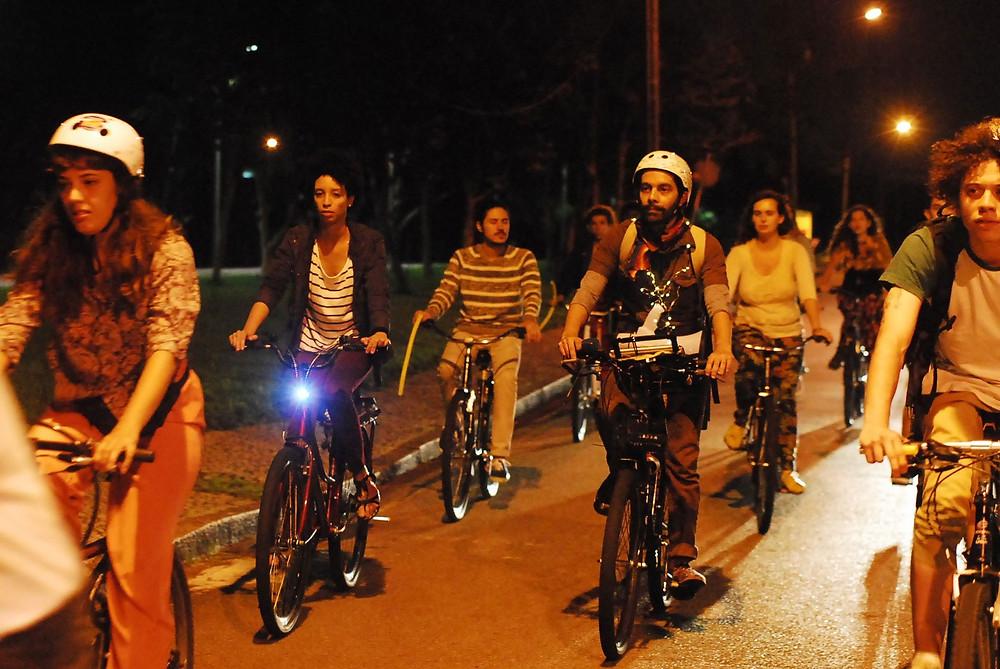Público acompanha contação de história de bicicleta
