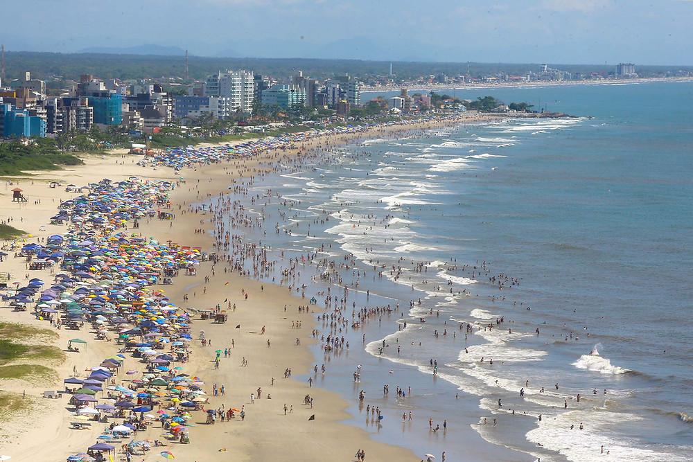 Chuvas deixam praia Brava de Caiobá imprópria para banho