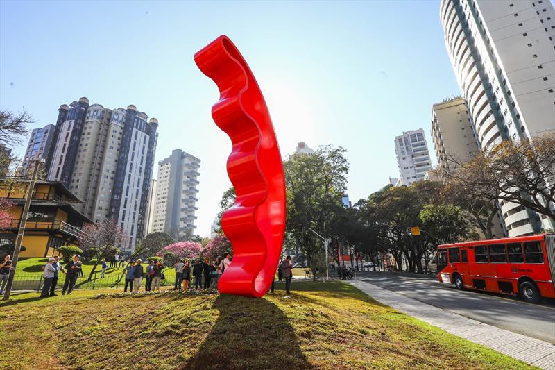 Praça do Japão recebe escultura de Tomie Ohtake