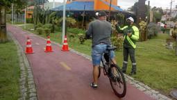 Agentes de trânsito orientam ciclistas e motoristas no Centro Cívico