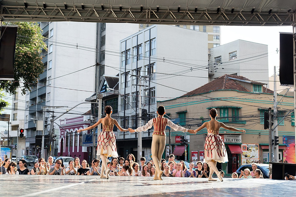Corpos artísticos do Guaíra de apresentam em palco externo