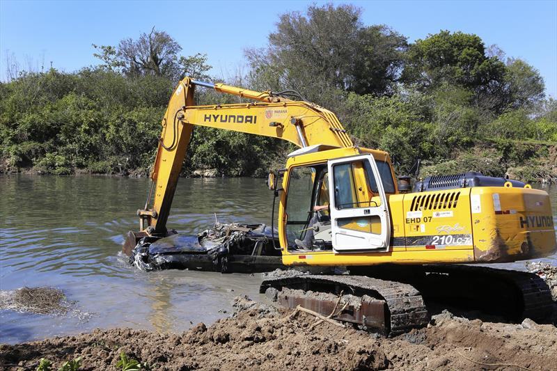 Equipes da Prefeitura retiram BMW do Rio Iguaçu
