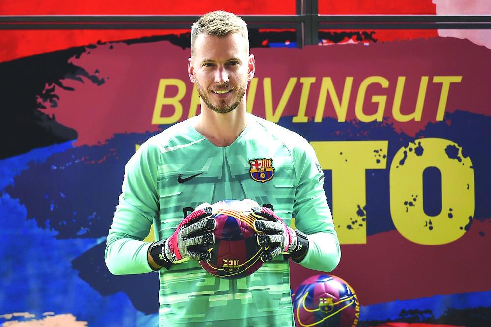 Neto é apresentado no Barça e quer buscar espaço