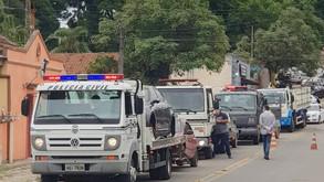 Veículos que estavam parados na Delegacia de Tamandaré são removidos