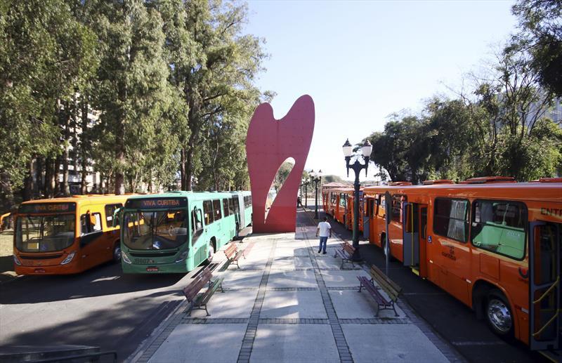 Greca entrega mais 14 ônibus e promete não aumentar passagem