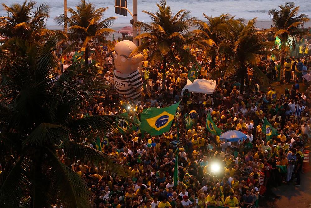 Resultado é comemorado com festa em frente à casa de Bolsonaro