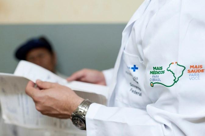 Estão abertas a partir desta segunda-feira (27) as inscrições para o Programa Mais Médicos. Elas vão até o dia 29. Esta é a segunda vez que o Ministério da Saúde abre o programa para novos interessados desde a saída dos médicos cubanos. Agora, o objetivo é contratar 2.212 médicos que devem atuar em 1.185 municípios considerados vulneráveis e 13 Distritos Sanitários Especiais Indígenas (DSEIs). Entre os requisitos necessários para fazer a inscrição estão ser formado em medicina e possuir a habilitação em qualquer Conselho Regional de Medicina do país - CRM válido. O edital para os candidatos foi publicado em 13 de maio. As inscrições serão feitas exclusivamente pela internet, no site do Mais Médicos. Nos dias 6 e 7 de junho, os candidatos deverão acessar o sistema para informar em qual localidade têm interesse em trabalhar. Caso haja vagas remanescentes, as oportunidades serão estendidas, em um segundo chamamento público, aos profissionais brasileiros formados em outros países. Cerca de 19% dos médicos brasileiros que entraram no Mais Médicos depois da saída dos cubanos desistiram de participar do programa até o mês de maio. Dados obtidos pelo G1 junto ao ministério mostram que 1.325 profissionais com registro profissional brasileiro se desligaram. Após a saída de Cuba do programa, em novembro, um edital foi aberto para preencher as 8.517 vagas que foram deixadas. No total, 7.120 vagas foram preenchidas em seguida por médicos formados no Brasil.