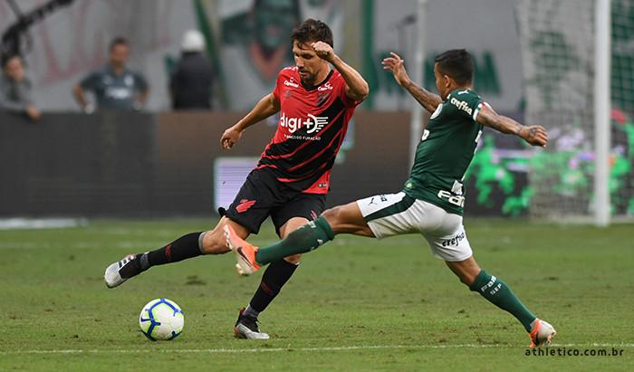 Palmeiras vence Athletico e mantém liderança